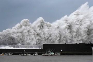 Sân bay Nhật ngập trong biển nước khi bão mạnh nhất 25 năm qua đổ bộ